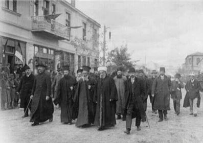 Ekim 1912.  Üsküp Sırplar'a teslim olmuş, din adamları kral Petar'ı karşılamaya hazırlanıyor.