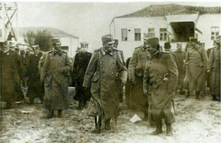 Sırp kralı Peter (sağında) oğlu ile Üsküp'e giriyor